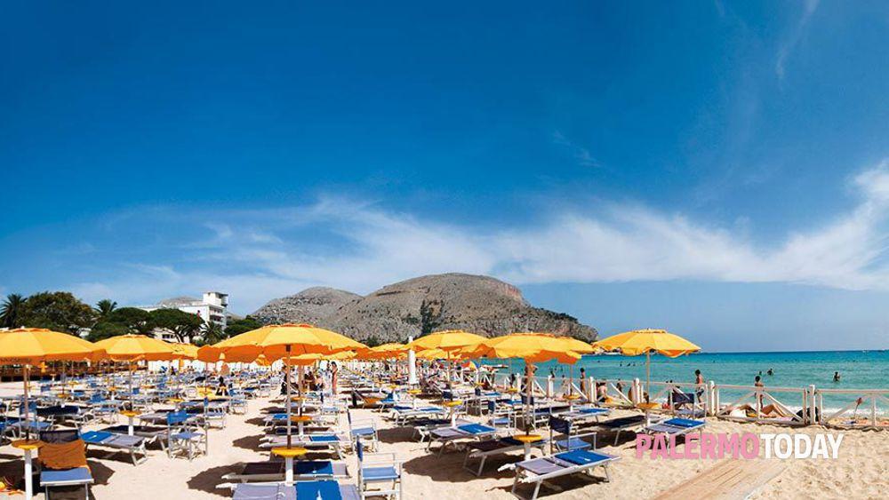 Il Covid 'cancella' le cabine sulla spiaggia di Mondello: solo lettini e ombrelloni
