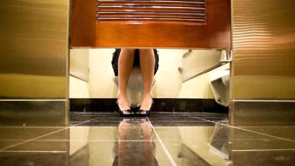 Registra le donne nel bagno di uno studio medico col - Ragazze spiate in bagno ...