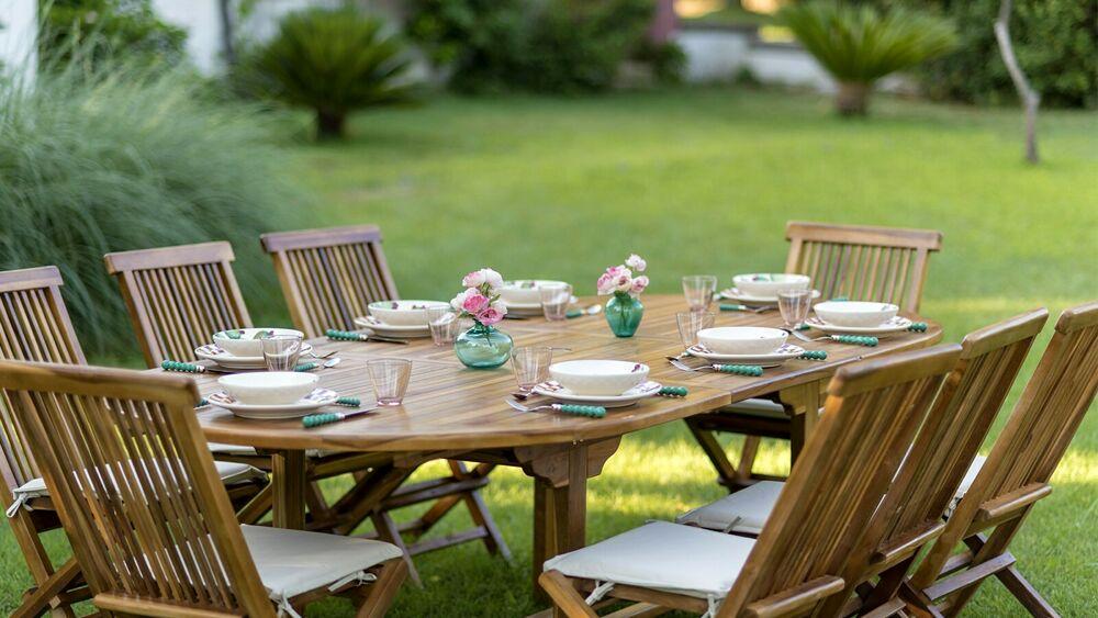 Candele Tovaglie Di Lino E Qualche Fiore Come Apparecchiare Per Una Cena In Giardino