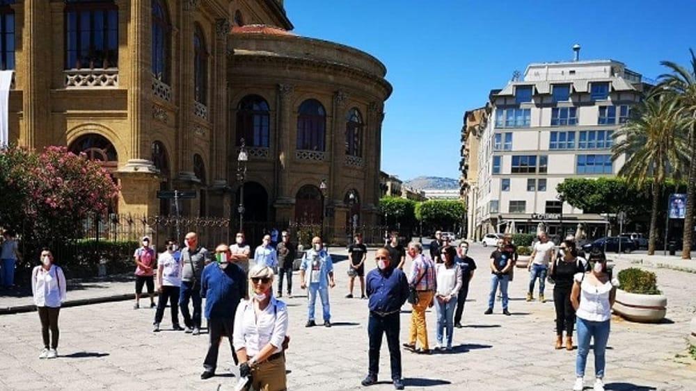 Piazza Verdi, nuova protesta delle Mascherine Tricolori: 'Milioni di lavoratori senza aiuti'