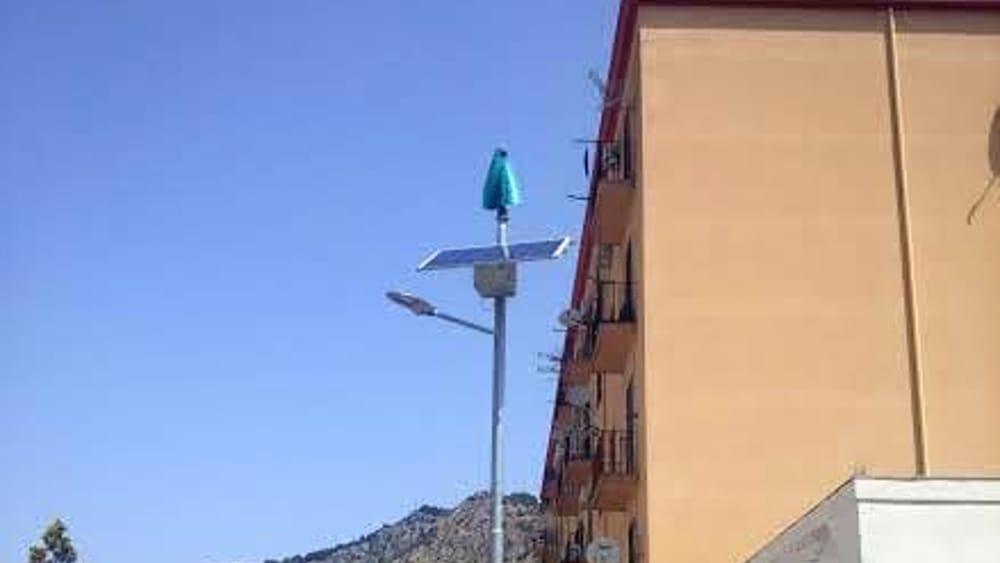 Lampione ibrido rinnovabile per illuminazione stradale