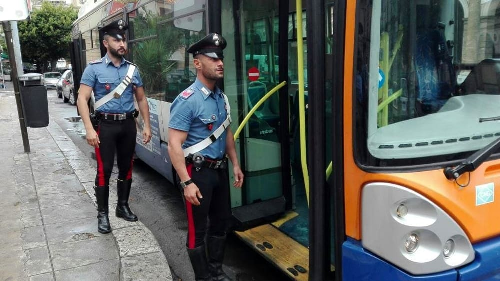 Risultato immagini per carabinieri autobus pisa