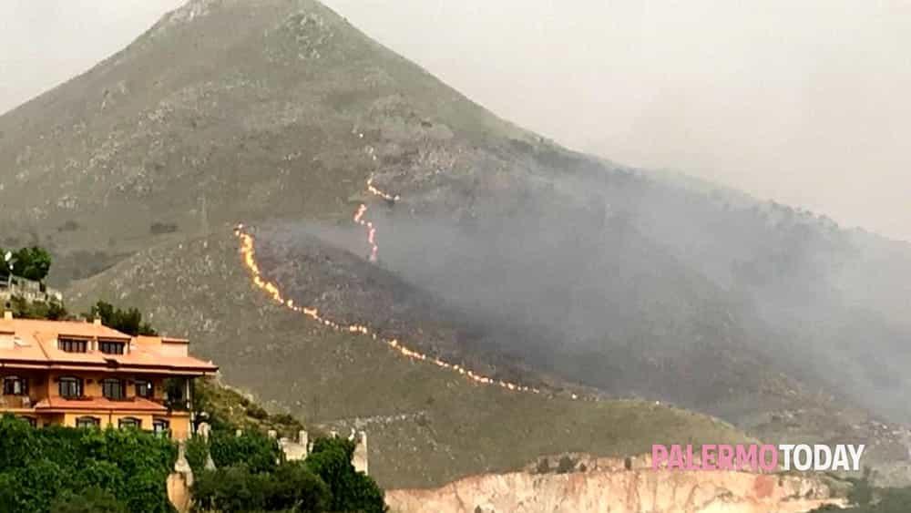 Monte Cuccio brucia ancora, la Protezione civile: 'Molti incendi dolosi'