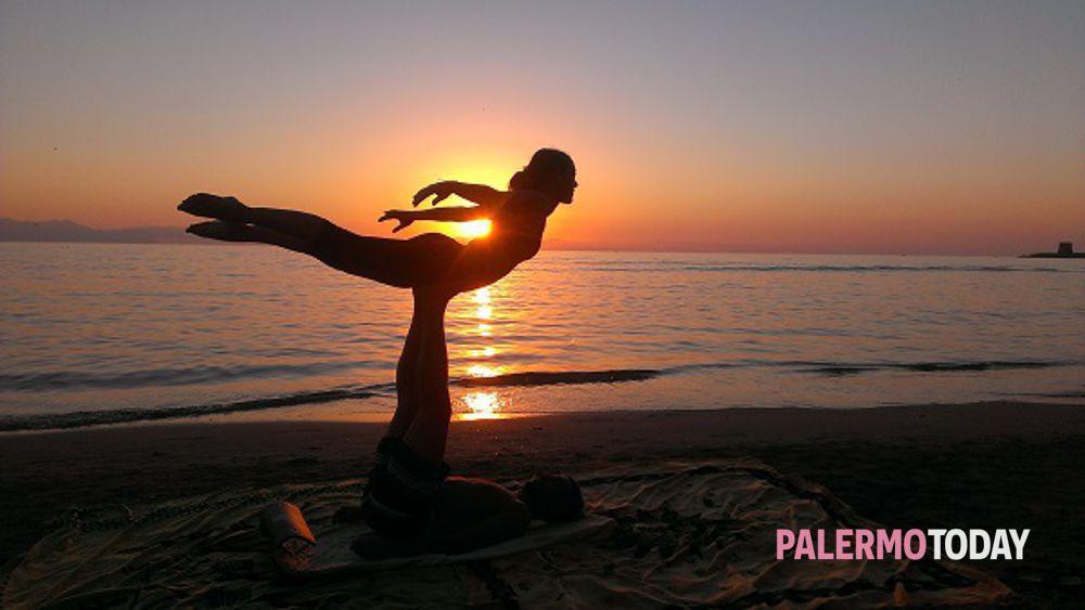 Allenare corpo e mente tra acrobazie e meditazione  spopola l Acroyoga c5b0bc6a2d08